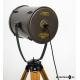Zylindrischer Flutlichtscheinwerfer auf Holzstativ