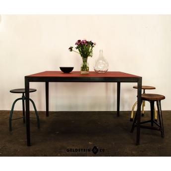 Quadratischer Stahltisch mit Linoleumplatte