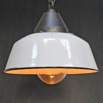 Weiße Emaillelampe mit gusseisernem Dom