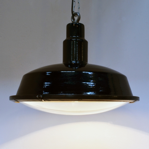 Grosse schwarze Emailleleuchte mit gewölbtem Schutzglas