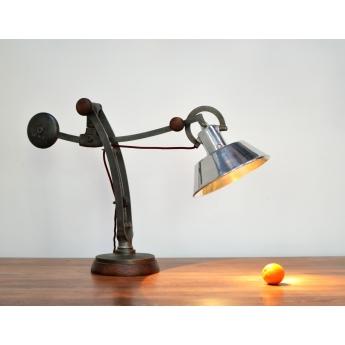 Schreibtischlampe aus Maschinenteilen