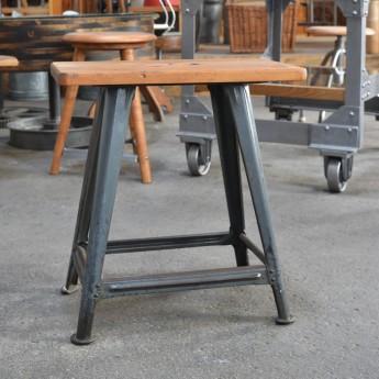 Rowac-Hocker mit eckiger Sitzplatte